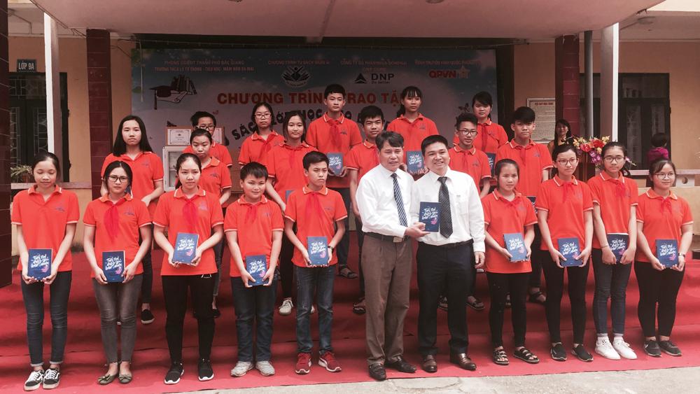 Tặng 37 tủ sách cho các trường học phường Đa Mai