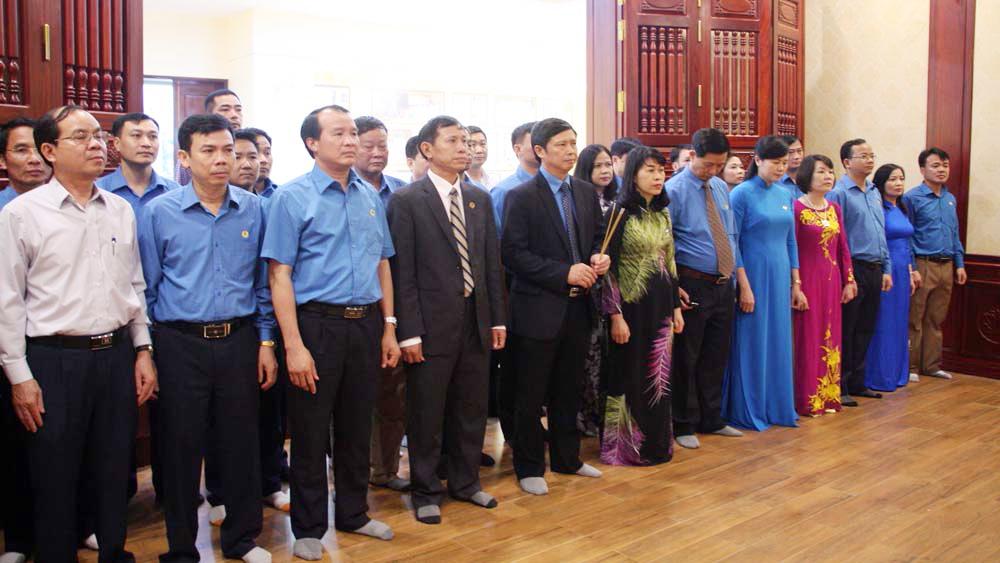 Đoàn đại biểu Liên đoàn Lao động tỉnh Bắc Giang dâng hương, báo công với Bác