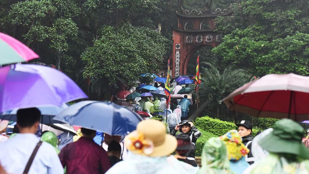 Hàng triệu người đội mưa về dâng hương tưởng nhớ các vua Hùng