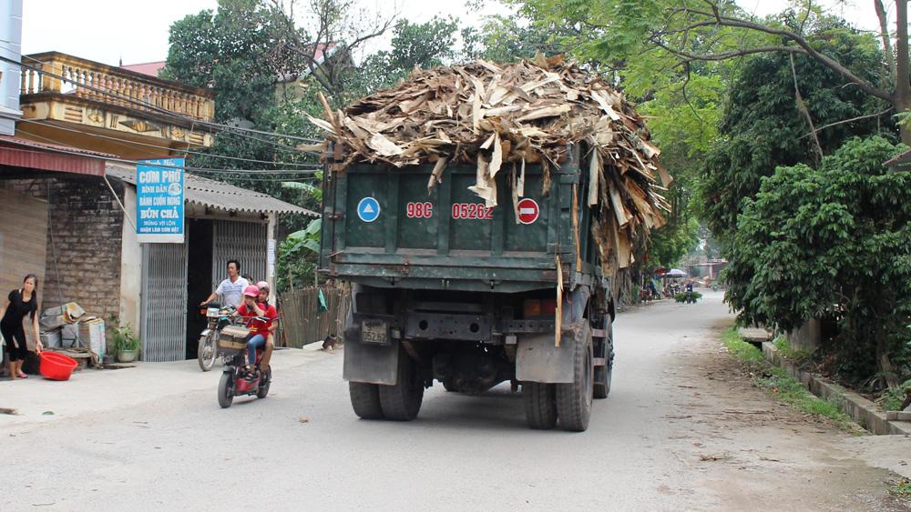 Xe chở gỗ quá khổ, tiềm ẩn nguy cơ tai nạn giao thông