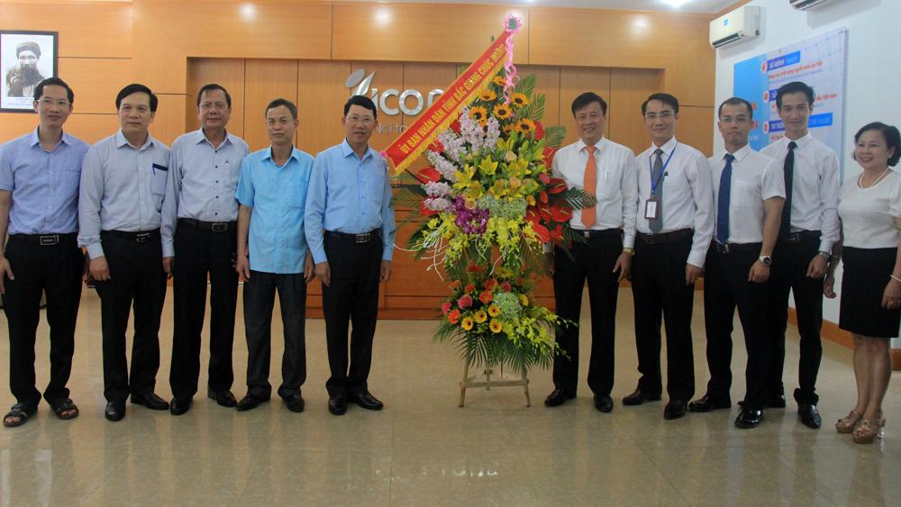 Phó Chủ tịch UBND tỉnh Lê Ánh Dương chúc mừng Công ty cổ phần Quốc tế ICO nhân dịp kỷ niệm 10 năm thành lập