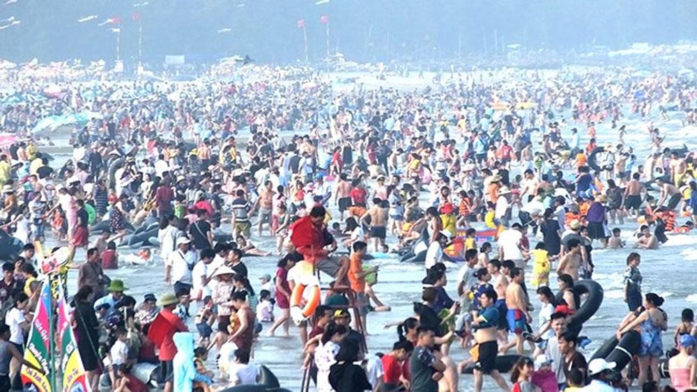 Chen chúc đổ về biển Sầm Sơn ngày nghỉ lễ