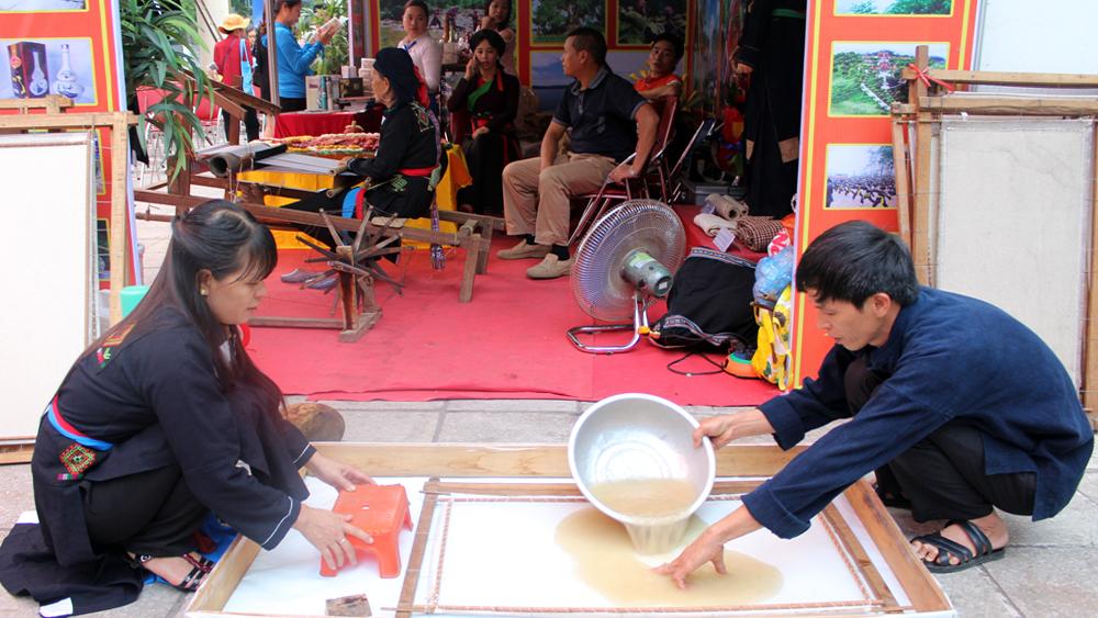 Người Cao Lan  giữ nghề làm giấy dó