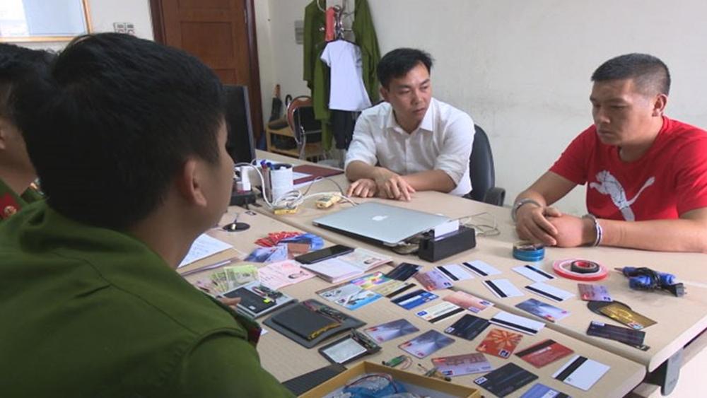 Bắt quả tang đối tượng người Trung Quốc dùng thẻ giả rút trộm tiền cây ATM