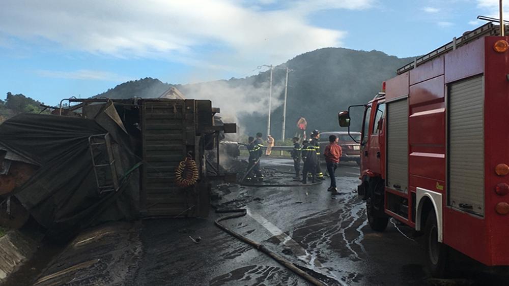 Hai người chết cháy trong cabin khi hai xe container va chạm, bốc cháy