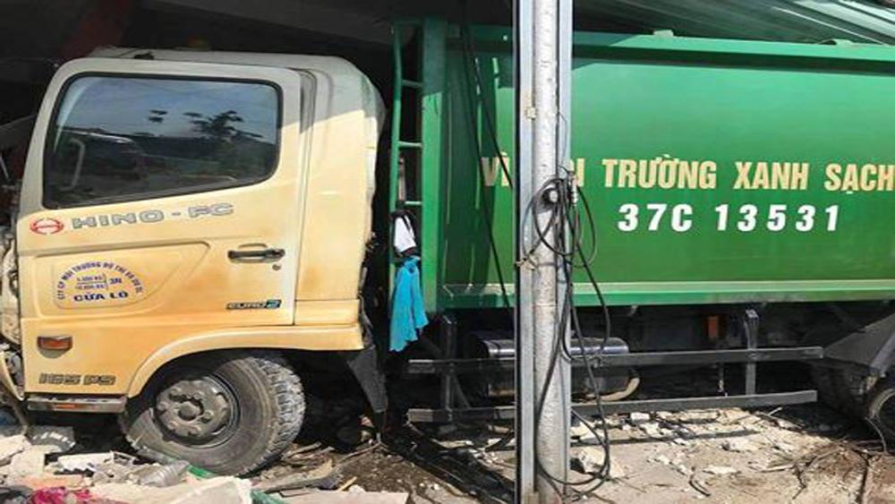 Xe chở rác mất lái đâm vào nhà dân, ba người bị thương