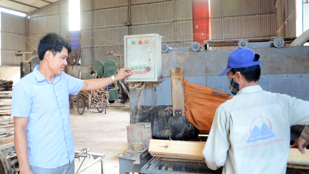 Đảng viên Mã Trung Hiếu, chủ DN tư nhân Quảng Hiếu kiểm tra hoạt động sản xuất của đơn vị.
