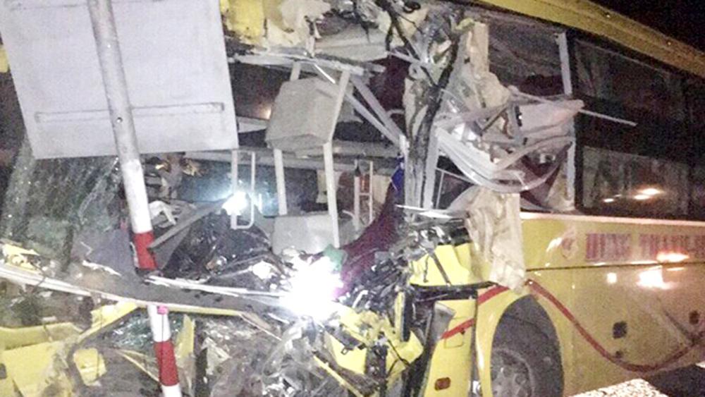 Xe khách va chạm xe container tại Hà Tĩnh, 14 người thương vong