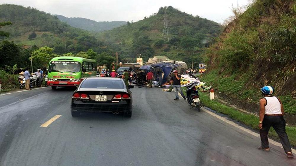 Bốn xe đâm liên hoàn khiến một người tử vong ở Hòa Bình