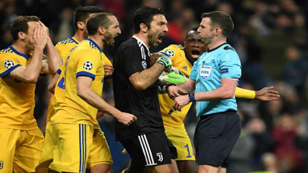 UEFA xử phạt Buffon vì thóa mạ trọng tài
