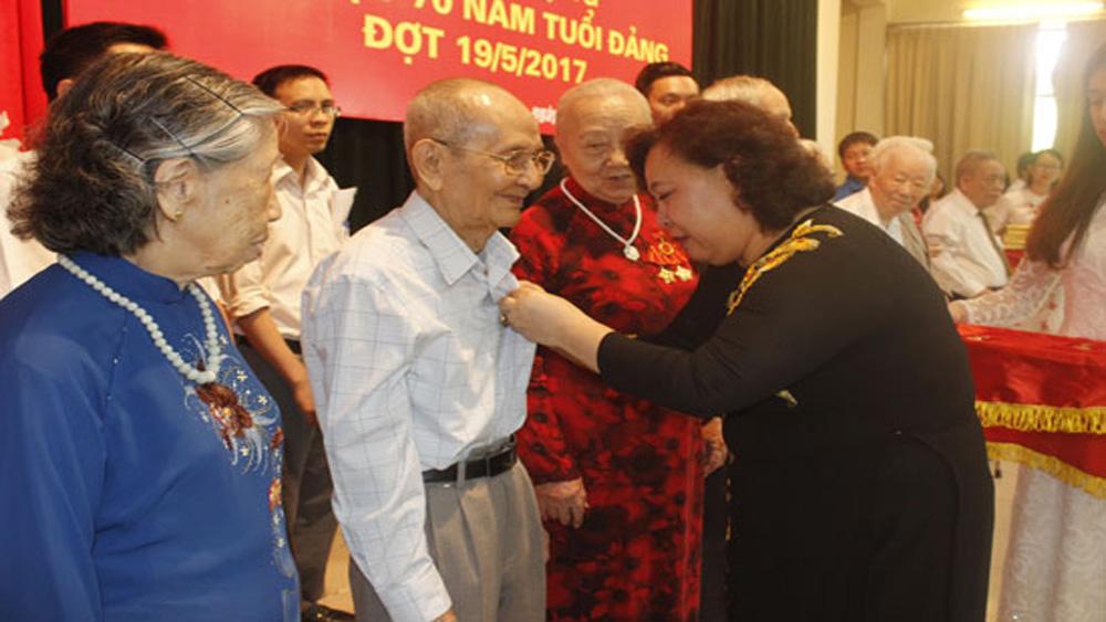 142 đảng viên được nhận Huy hiệu Đảng dịp 19-5