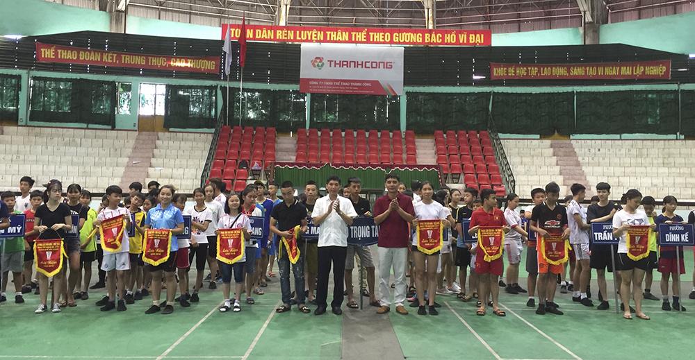 Trao 12 bộ giải  đá cầu TP Bắc Giang năm 2018