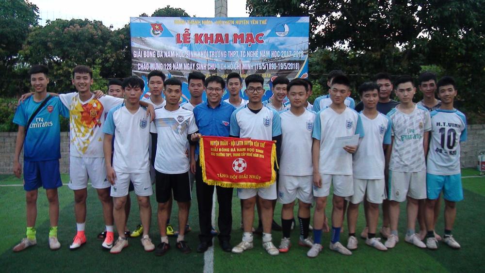 Tổ chức giải bóng đá nam học sinh các trường THPT năm 2018