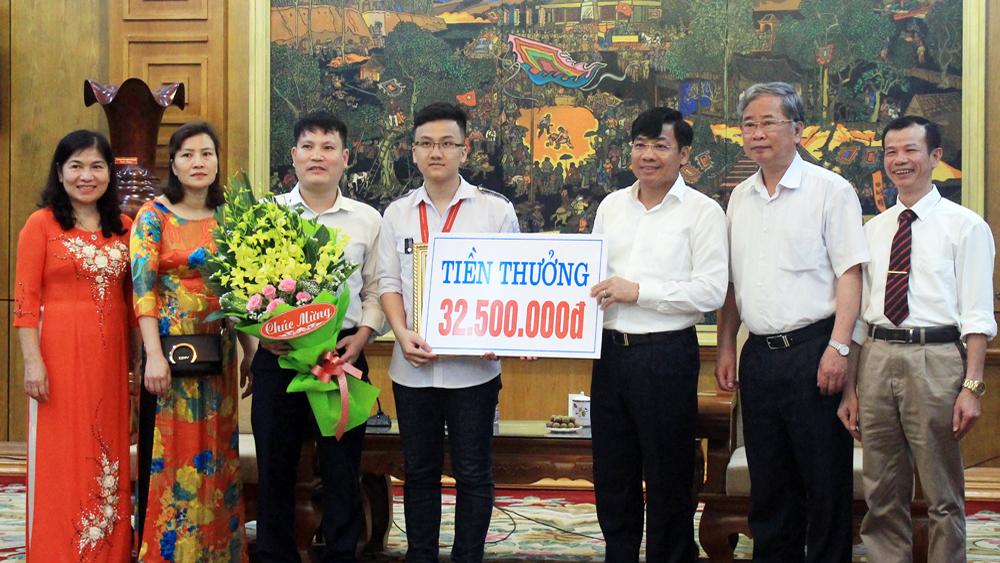 Chủ tịch UBND tỉnh khen thưởng đột xuất em Trịnh Duy Hiếu đoạt HCV Olympic Vật lý châu Á