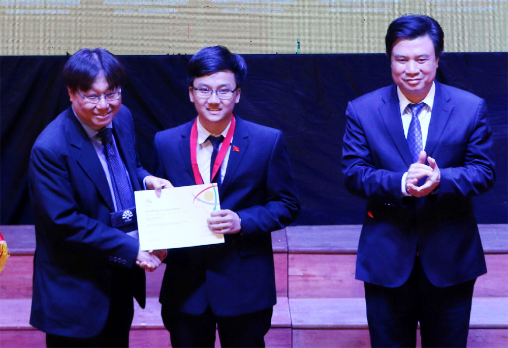 Asian Physics Olympiad,  gold medallist, Bac Giang province, Trinh Duy Hieu, endless efforts, 11th grade student, Bac Giang High School, the Gifted Student