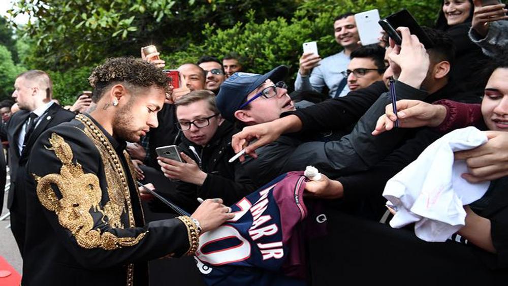 Tiền đạo Neymar phá vỡ bầu im lặng về vụ chuyển nhượng sang MU