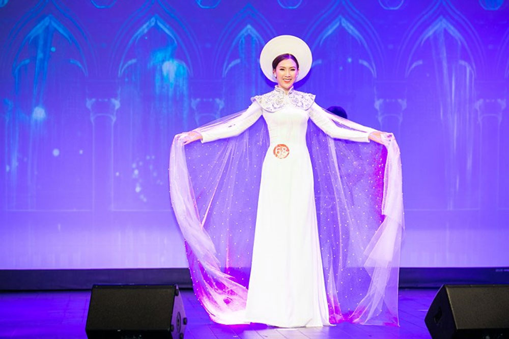 Beauty contest, ao dai, Paris, Phi Thi Thuy Linh, Mrs. Ao Dai Vietnam, traditional costume, Vietnamese contestants, long dresses, Vietnamese traditional culture