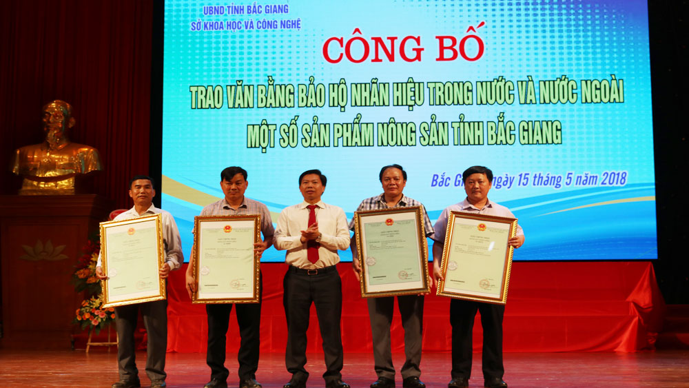 8 Bac Giang's farm products granted certificates of brand protection
