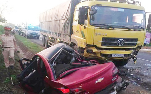 Xe 5 chỗ tông xe tải, 1 người chết, 3 bị thương