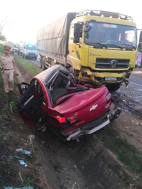 Xe 5 chỗ, tông xe tải, 1 người chết, 3 bị thương, va chạm