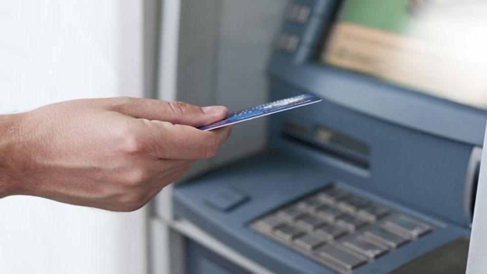 Người dùng thẻ ATM tại Việt Nam chịu những loại phí nào?