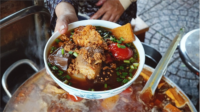 Saigon's 30-year-old noodles shop:  Tasty dance of tomato, crab paste and blood pudding
