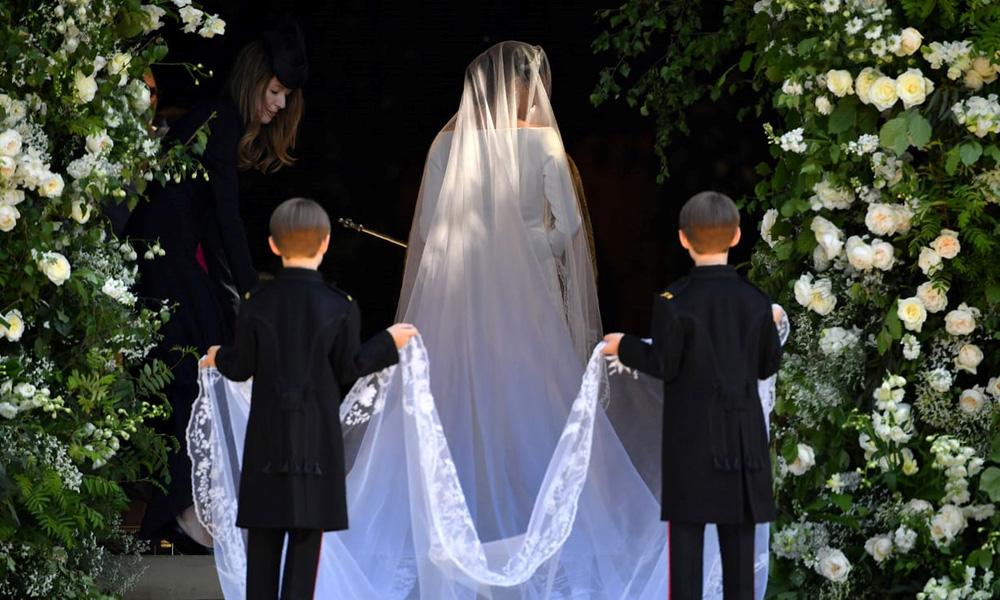 Voan trắng, nhẫn vàng, nụ hôn hạnh phúc, đám cưới Hoàng gia Anh, Hoàng tử Harry, diễn viên Meghan Makle