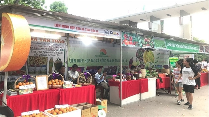 Trade promotion fair for cooperatives opens in Hanoi