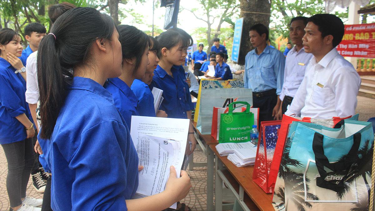 Gần 2 nghìn thanh niên học sinh được tư vấn về việc làm