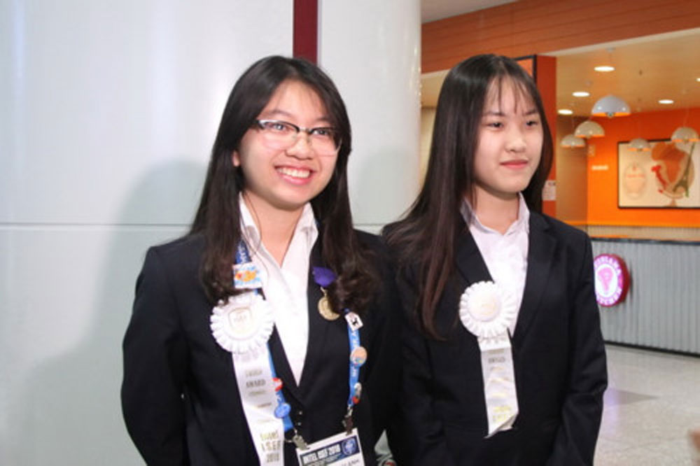 Vietnamese girls, third prize, US science fair, antibiotic resistance solution, international contest, high school students, biochemistry category, smartphone app, robotic window cleaner