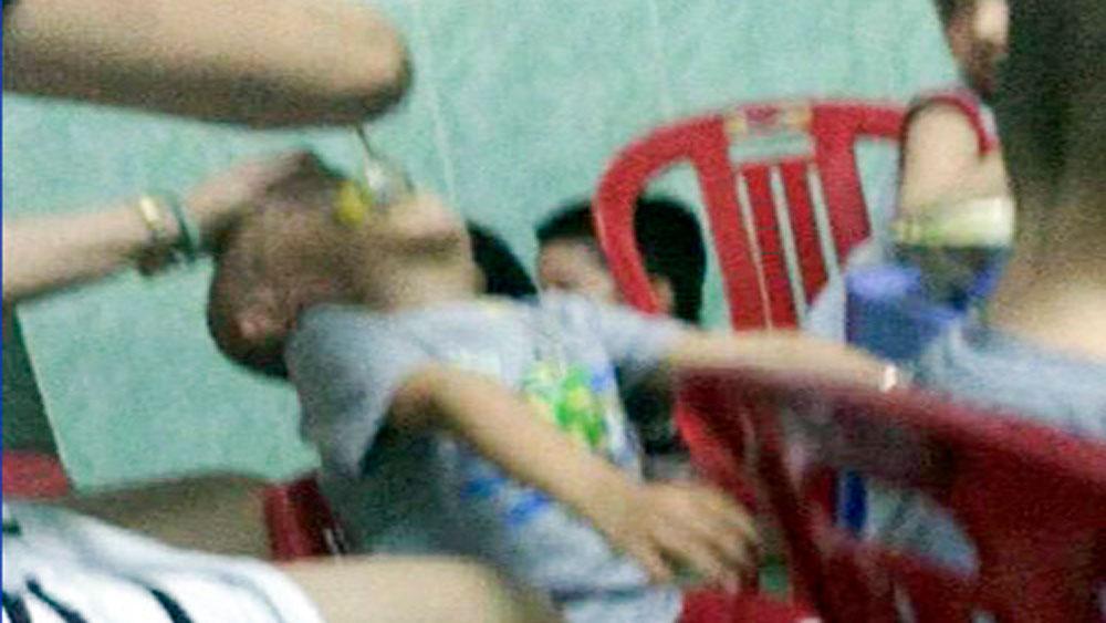 Bảo mẫu bắt trẻ nằm ngửa, đổ thức ăn liên tục vào miệng và đánh