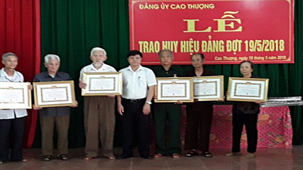 Xã Cao Thượng trao Huy hiệu Đảng cho 9 đảng viên
