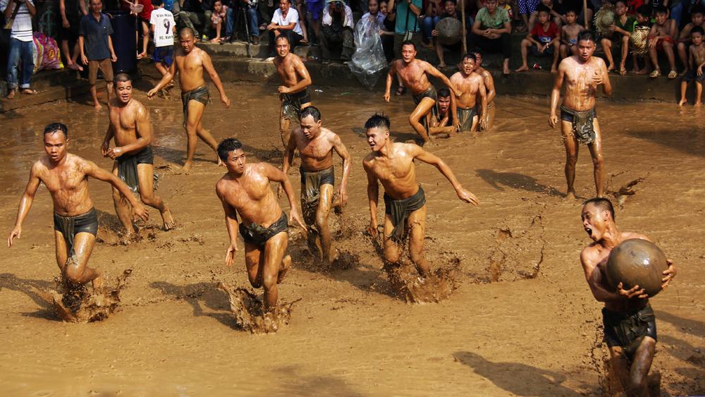Về làng Vân xem hội vật cầu nước