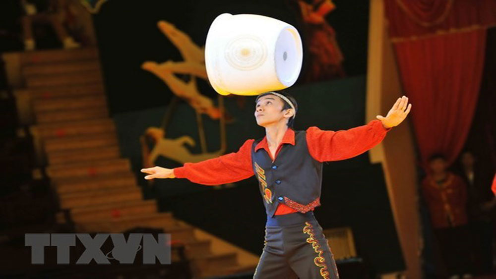 Circus performance, folk games to excite children