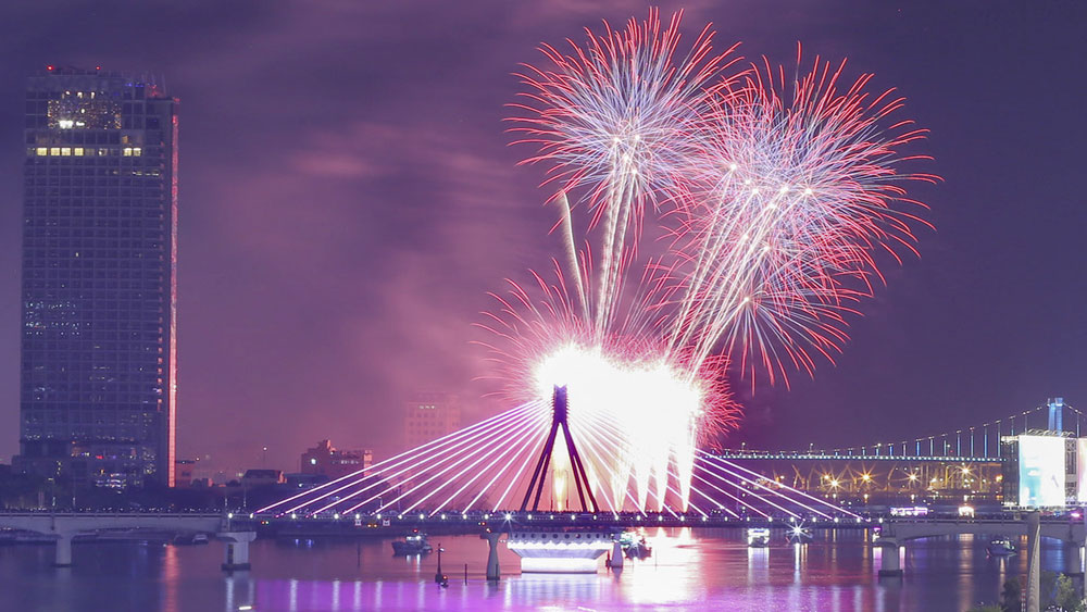 American, French fireworks, light up, night sky, Da Nang  city, int'l festival,  breathtaking performances, friendship train, classical and modern music, colorful presentation