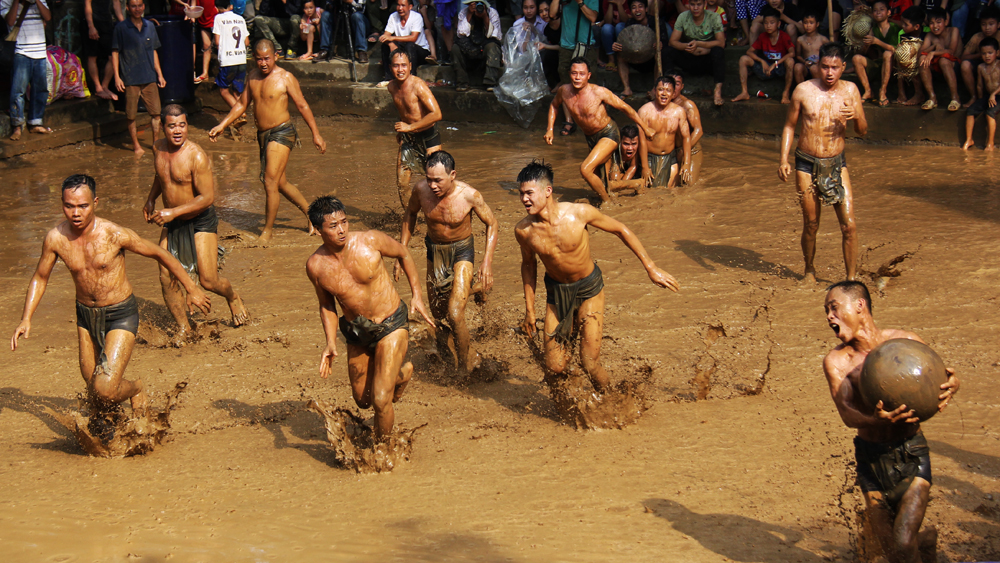 Go to Van village to see mud ball wrestling festival