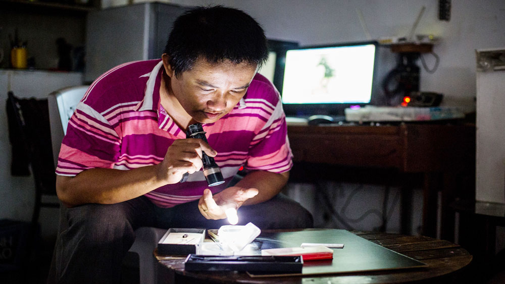 Vietnamese artisan goes big on miniatures