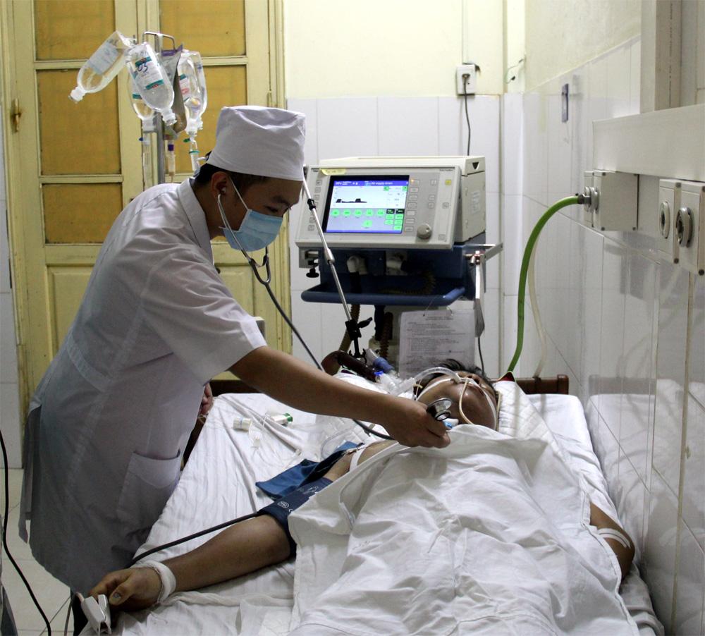 Theo dõi quá trình lọc máu liên tục cho bệnh nhân tại Khoa Hồi sức tích cực - Chống độc (Bệnh viện Đa khoa tỉnh).