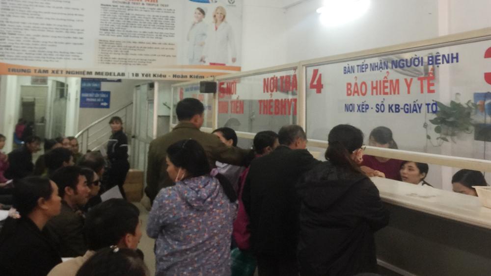 Người dân đến khám bệnh tại Bệnh viện Đa khoa Sông Thương.