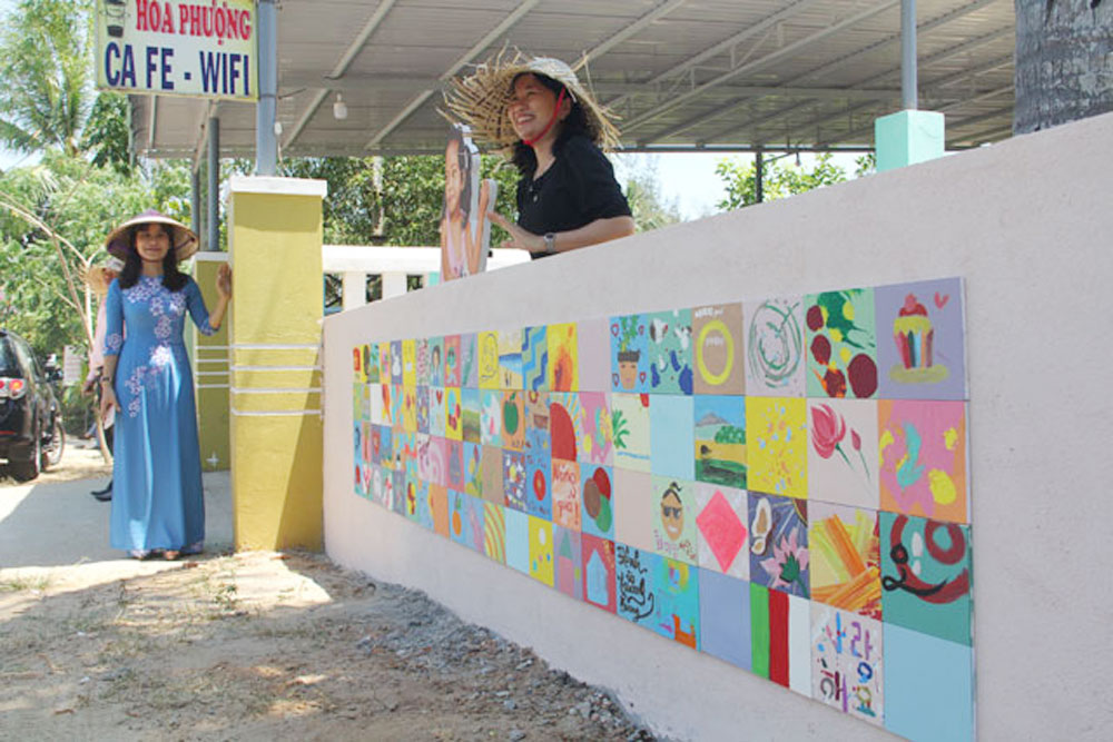 Korean painters, murals, Quang Nam village, coastal commune, Quang Nam province, walls of houses, mural village project,  Better Community, joint initiative
