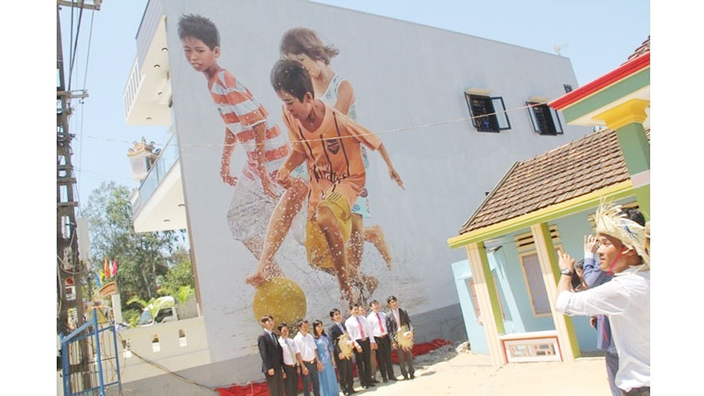 Korean painters launch 30 more murals in Quang Nam village