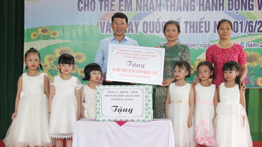 Phó Chủ tịch UBND tỉnh Lê Ánh Dương tặng quà các cháu Trường Mầm non Phượng Sơn