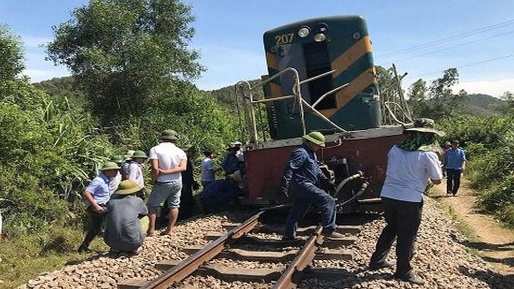 Tàu hỏa tông văng xe tải 15m, đường sắt Bắc - Nam tê liệt