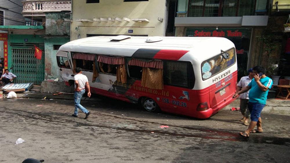 10 người bị thương trong vụ xe khách lao dốc mất phanh ở Cát Bà