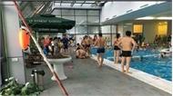 Đưa 2 con đi học bơi, mẹ bất cẩn để con chết đuối ở Hà Nội