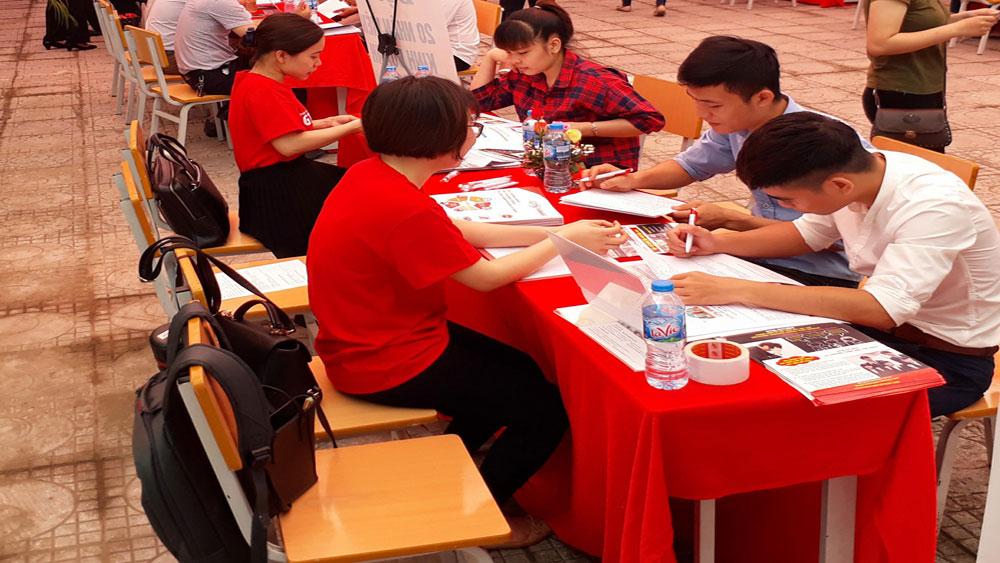 Gần 1 nghìn sinh viên tham gia ngày hội việc làm