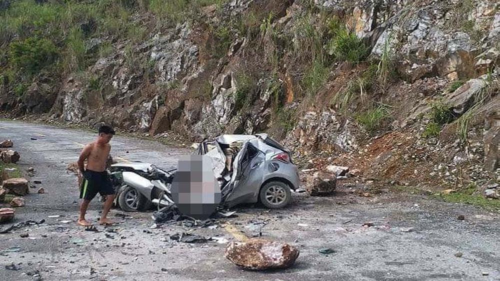 Đá tảng rơi trúng ô tô đỗ ven đường, tài xế tử vong