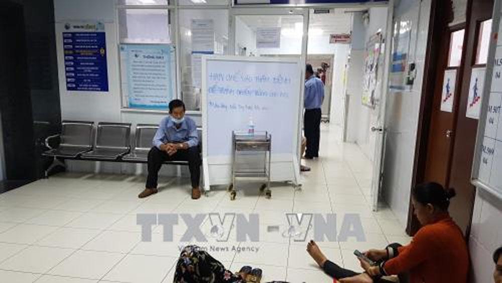 Khoa Nội soi, Bệnh viện Từ Dũ TP Hồ Chí Minh đưa bảng cấm hạn chế người ra vào sau khi phát sinh ổ dịch cúm A/H1N1. Ảnh: Đinh Hằng/TTXVN