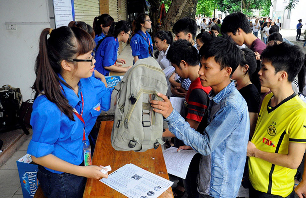 Youth volunteers, accompany candidates, exam seasons, Vietnamese student, voluntary activities, practical deed