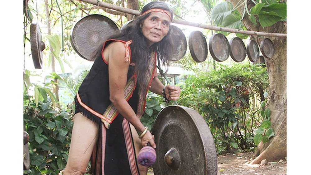 Artisan ABiu, Ba Na gong soul, Ngoc Bay, ethnic person, traditional gong playing, younger generation, gongs and drums, guests visit,